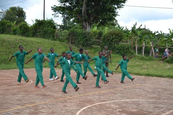 Abana bo muri gahudna ya Space for Children bigishwa akarasisi ka gisirikari. (photo/Courtesy)