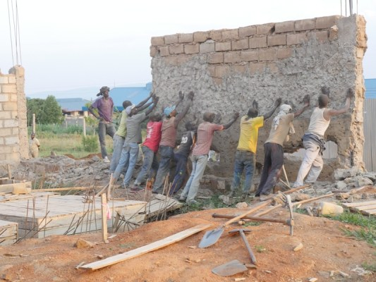 Umujyi wa Kigali wishyura abaturage bawufashije mu bikorwa byo gusenya. Umujyi wa Kigali uvuga ko babizobereyemo. (Photo/RRA)