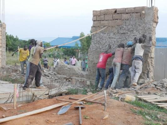 Abasenya bitwaza ibikoresho binyuranye. (Photo/RRA)