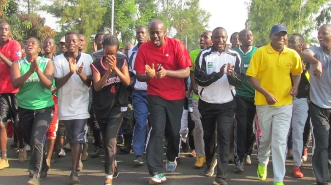 Ubuyobozi bw'akarere, abayobozi mu nzego zinyuranye n'abantu b'ingeri zose bitabiriye siporo rusange mu karere ka Gatsibo. (Photo/Courtesy)