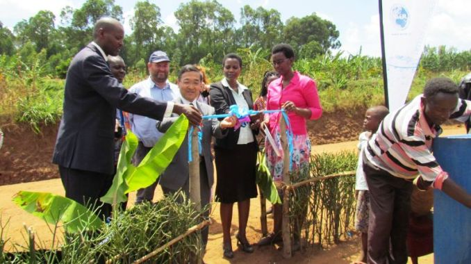 Ambasaderi Takayuki Miyashita uhagarariye igihugu cy'u Buyapani mu Rwanda afungura ivomo, (Photo/Courtesy)