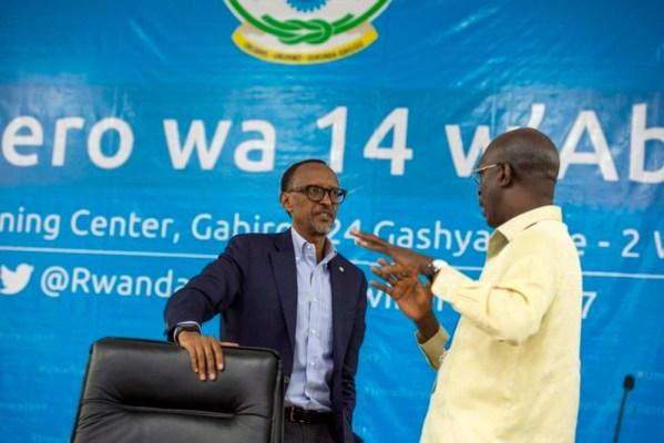 Perezida wa Repubulika Paul Kagame aganira na Minisitiri w'Intebe Anastase Murekezi (Photo/Village Urugwiro)