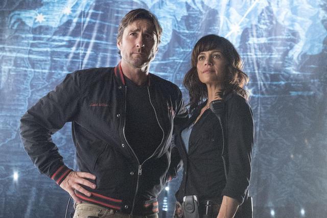 Luke Wilson as Bill and Carla Gugino as Shelli in Roadies (pilot). - Photo: Katie Yu/SHOWTIME - Photo ID: Roadies101_Pilot_0307