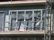 Cadre d'une porte-fenêtre accordéon installé avant pose au 2° étage