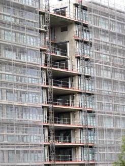 Portes-fenêtres posées et ouvertes sur le bâtiment C dans la faille avec la bâtiment B