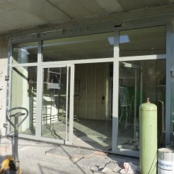Entrée des bâtiments A & B : porte extérieure