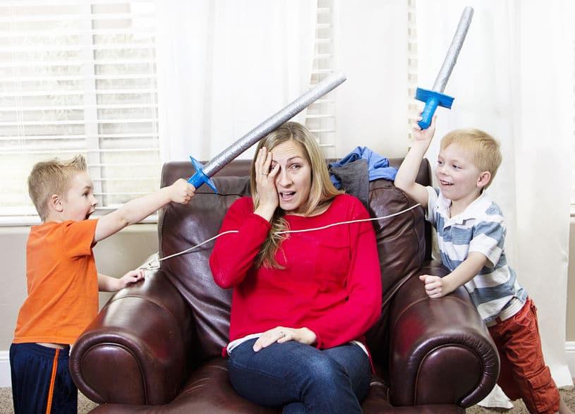 maman cinglante enfant jeu épée