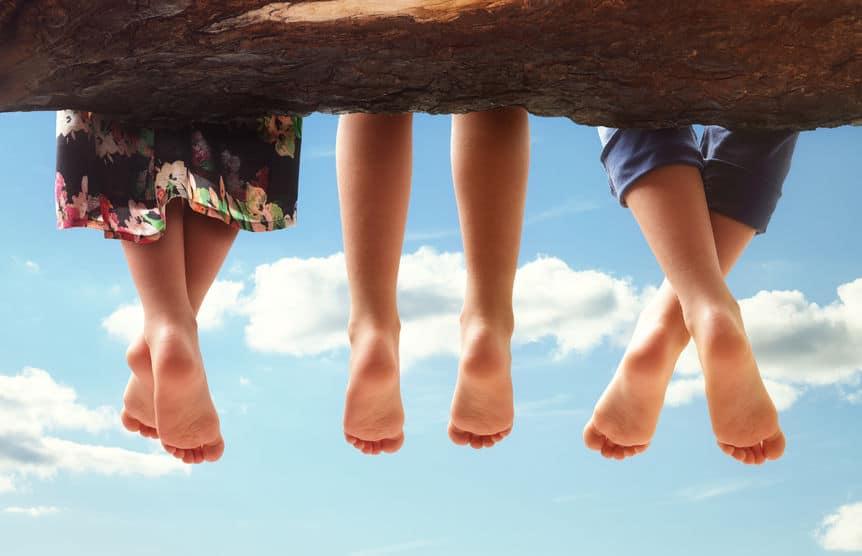 trois enfants jambes pieds