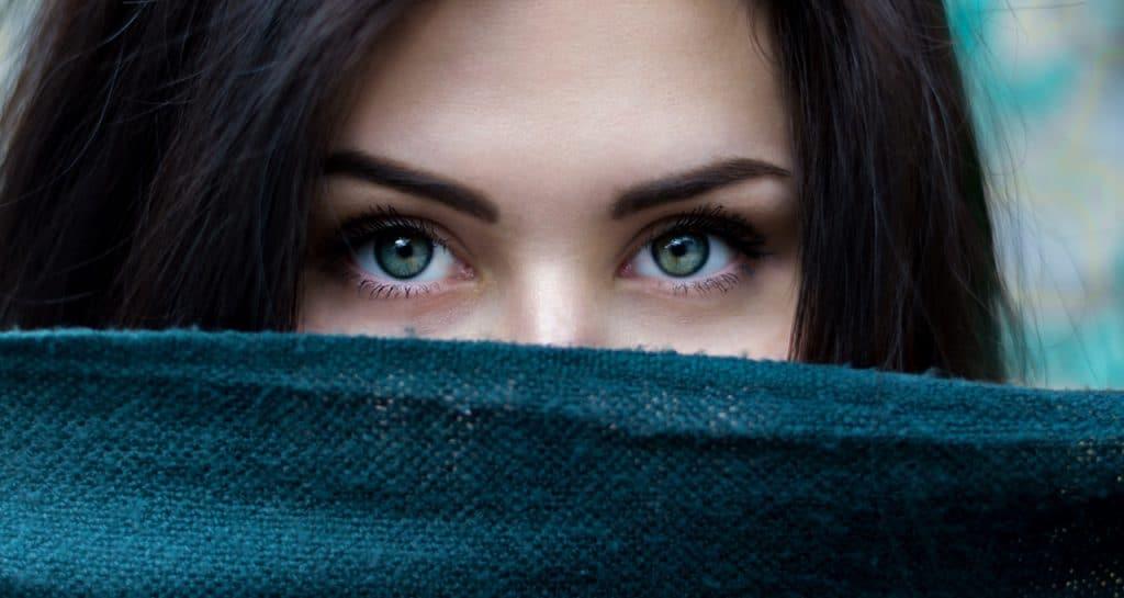 femme cachée tissus