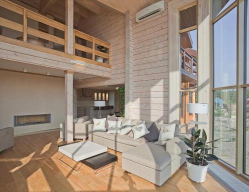 Гостиная со вторым светом в деревянном доме