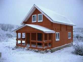 Деревянная дача в снегу