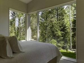 Дизайн спальны с большими окнами