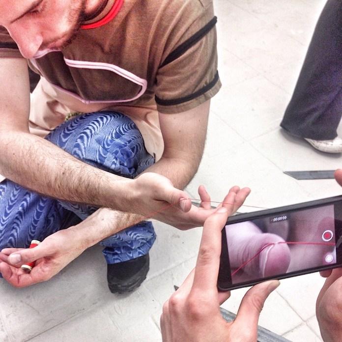 In der vom Kunst-Blog «Daily Lazy» organisierten Ausstellung bei der Performance «Saliva Frenzied Chirping» von Lukas Hofmann.