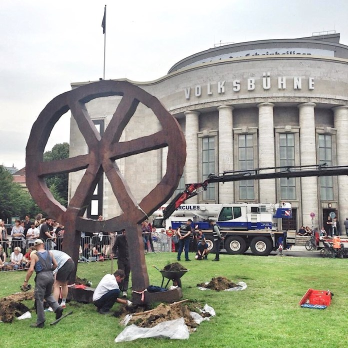 The first attempt to remove the statue of the logo «Räuberrad» by Bert Neumann took place on 28th of June 2017. | Photo: Norbert Bayer