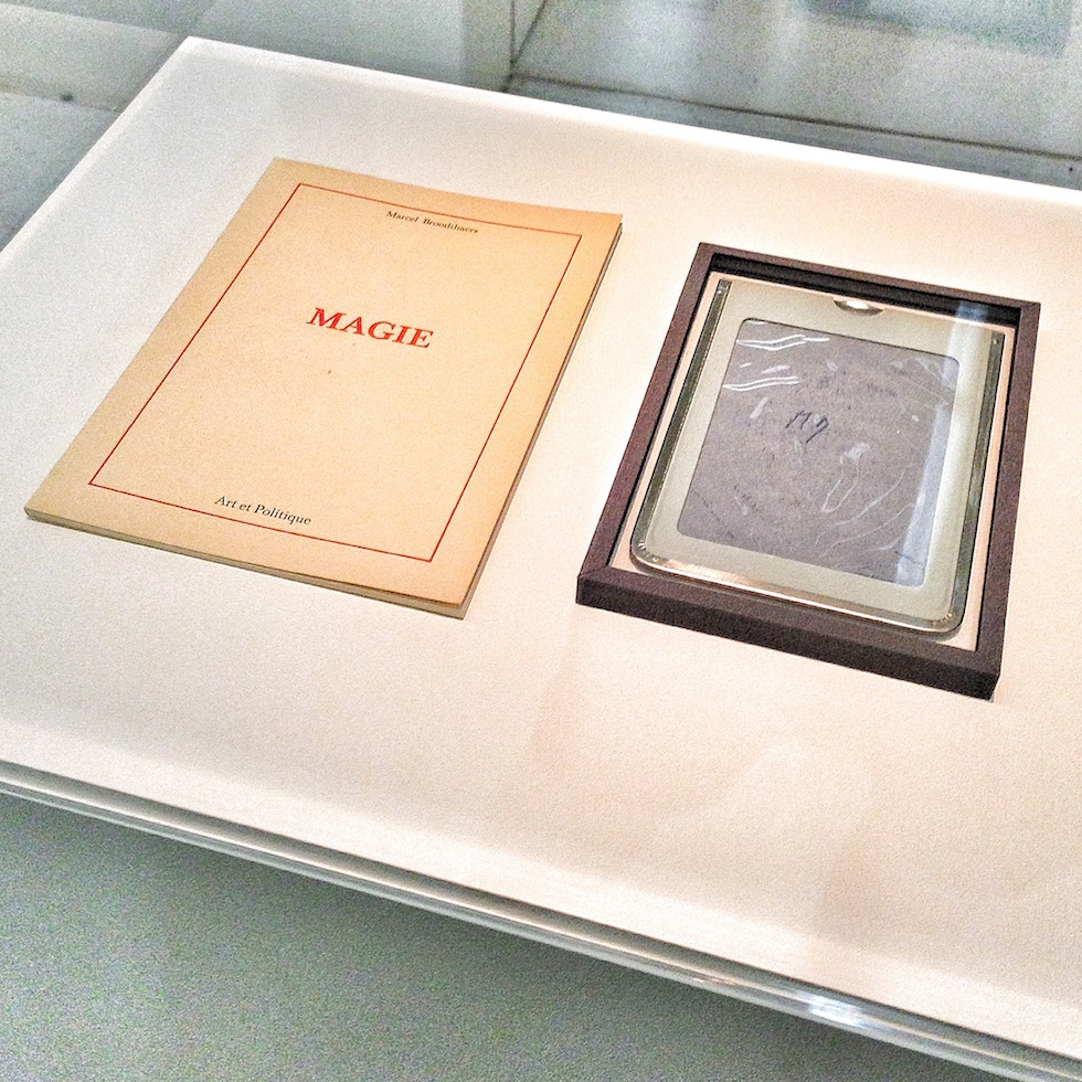 The artwork «Ardoises magiques, Magie» by Belgian artist Marcel Broodthaers (1924 - 1976) shown at Neue Galerie