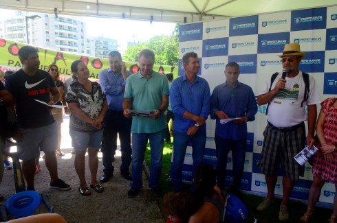 Em sua fala, Prof. César Floriano falou do apoio da UFSC na luta pela Ponta do Coral 100% Pública e entregou um folder do projeto do Parque Cultural das 3 Pontas ao Prefeito Gean Loureiro.