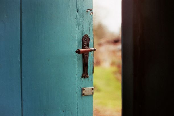 open door jan-tinneberg-tVIv23vcuz4-unsplash