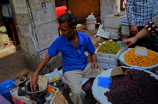 Vendors on the streets of Delhi - Seasonal fruit seller