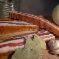 Temperos fundamentais para um bom feijão: bacon artesanal (sem nitritos!), cebola, muito alho e folhas delouro. O resto é lucro!
