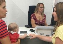 Una vecina solicita el Cheque Bebé junto a la concejala Eva Pérez