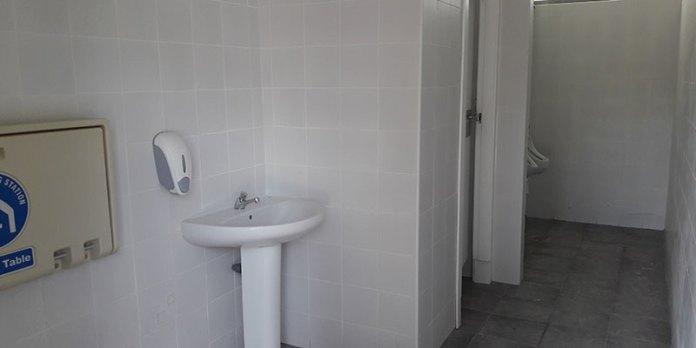 Imagen de uno de los baños del Parque Central