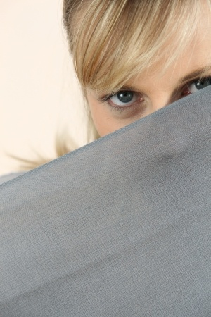 blonde woman spying 123rf pic no 17732721_s
