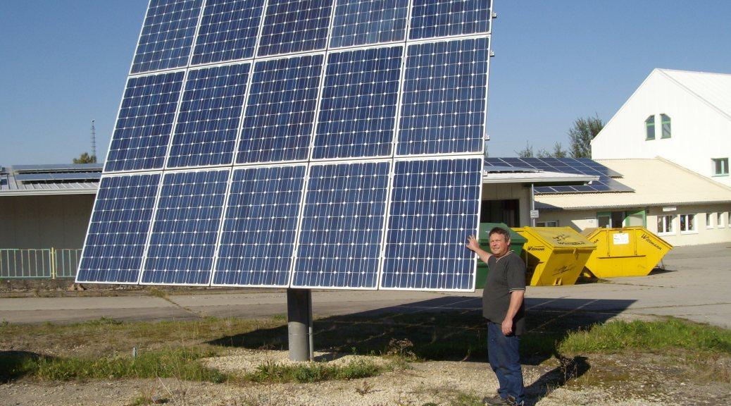 Der Tracker passt sich exakt an den Stand der Sonne durch zwei verschiedene Systeme an