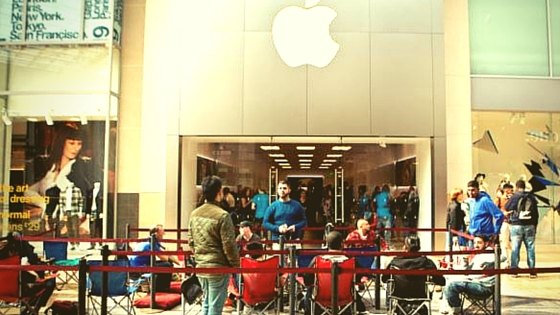 apple waiting line-2