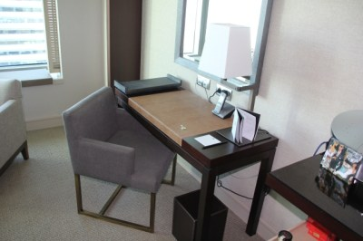writing-desk-in-standard-room-hotel-arts-bacelona