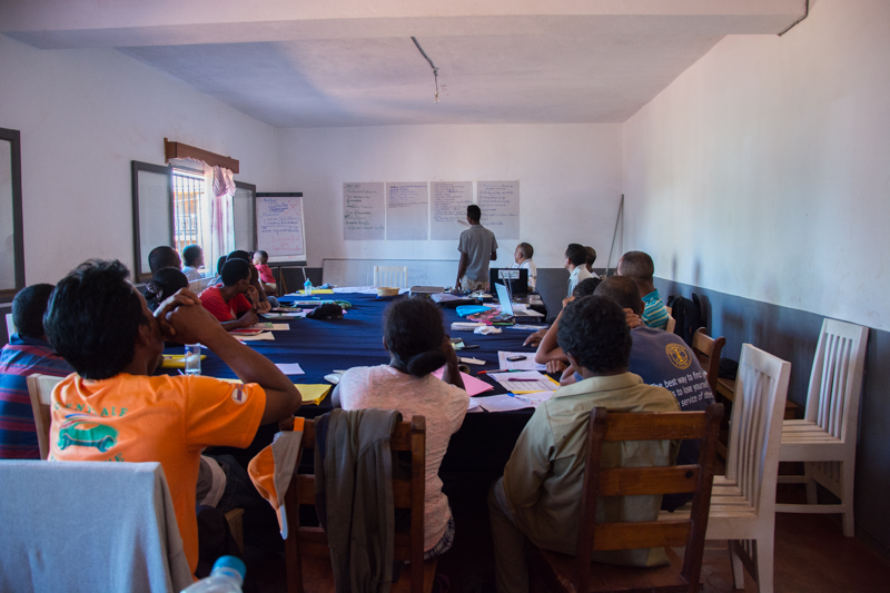 Tout le monde est attentif pour suivre et participer activement à la formation.