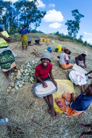 Jeune femme en train de trier les petits cailloux qui ont pu se glisser dans le riz pendant le battage
