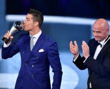 Video: Ronaldo giành giải Cầu thủ hay nhất FIFA 2016