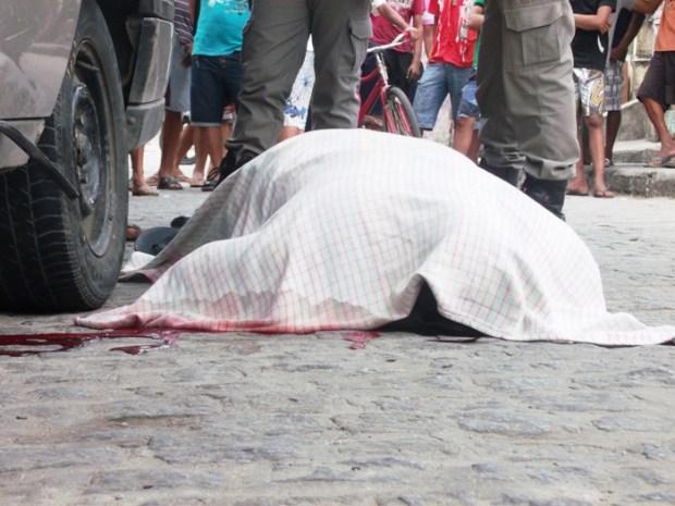 Vítima foi atingida por pelo menos quatro disparos.