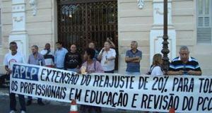 Professores fizeram protesto na frente da sede do Estado