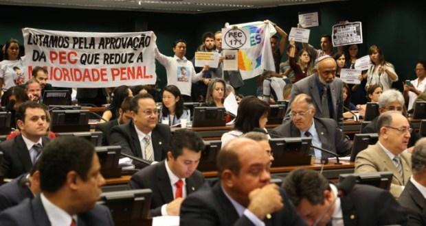 Manifestantes  acompanham  a votação  da  PEC  da Maioridade na CCJ