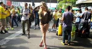 Empresária Juliana Isen, 30 anos, apareceu novamente com roupas provocantes no protesto de São Paulo Foto: Débora Melo / Terra