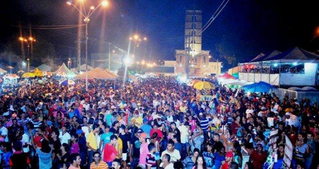 Cerca de 8 mil pessoas prestigiaram os shows das Bandas Encantus e Cavalo de Aço