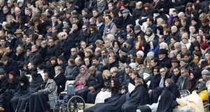 Pessoas feridas nos ataques participam de homenagem aos mortos nos ataques de 13 de novembro (Foto: Francois Mori/ AP)