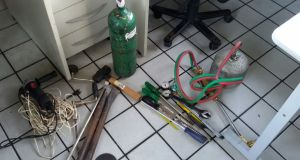Com a dupla, foram encontrados diversos equipamentos que são comumente utilizados para furtos a bancos e caixas eletrônicos (Foto: Divulgação/PRF)