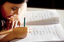 Criança estuda Matemática com anotações em caderno