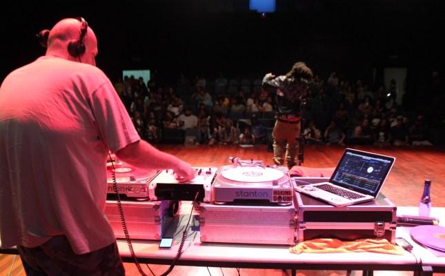 O rapper Msário canta no Projeto Possibilidades, que ajudou a criar. (Foto: Thiago Borges / Periferia em Movimento)
