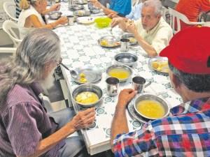 Los adultos mayores de Bucaramanga se encuentran sin atención médica especializada desde hace dos meses. El tiempo pasa y el futuro de los ancianos es incierto. /FOTO MARÍA ALEJANDRA VILLAMIZAR