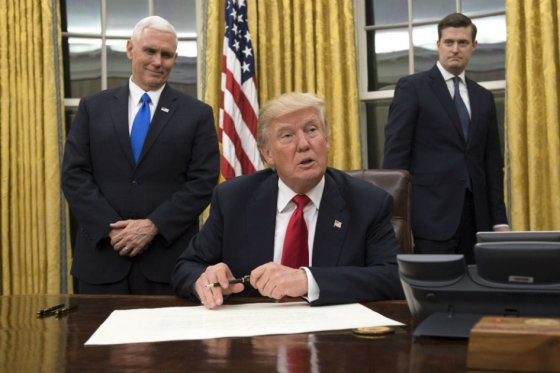 Donald Trump firmó decreto que tumba el Obamacare en salud