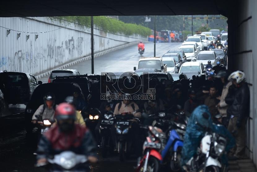 sejumlah-pengendara-sepeda-motor-berteduh-menunggu-hujan-reda-di-_150112161215-834