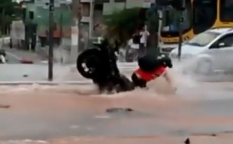 lubang jalanan terendam air lebih serem lagi, waspadalah