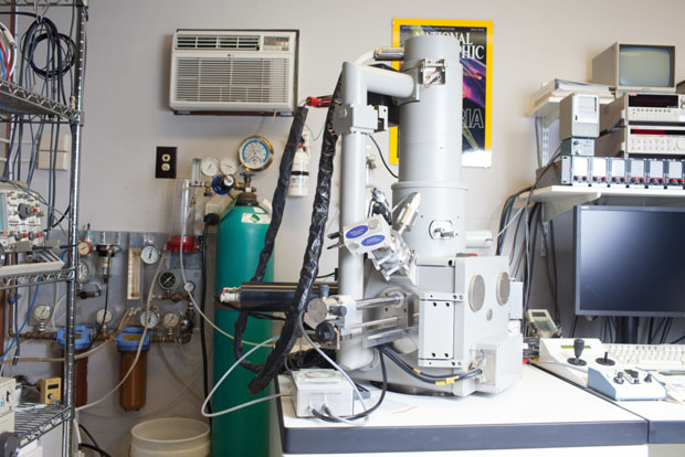 Inside the Lab of an Electron Microscope Photographer electronicmicroscope 7