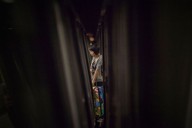 Slices of Life: Commuters Framed by the Gap Found in Subway Stations pleasemindthegap 13
