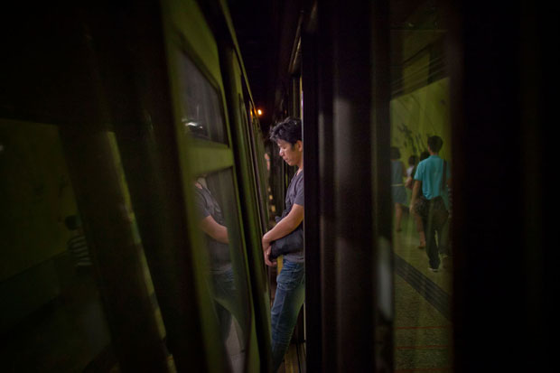 Slices of Life: Commuters Framed by the Gap Found in Subway Stations pleasemindthegap 3