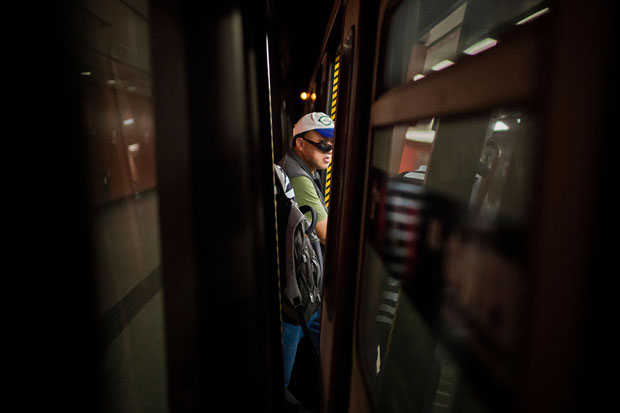 Slices of Life: Commuters Framed by the Gap Found in Subway Stations pleasemindthegap 4