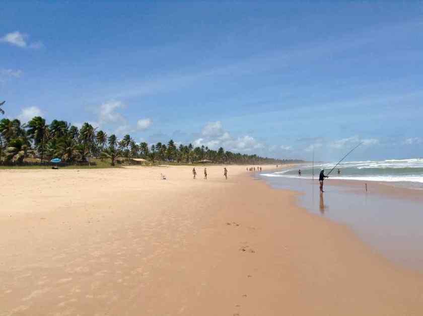 Brasilien, Strand mit Angler, Imbassai